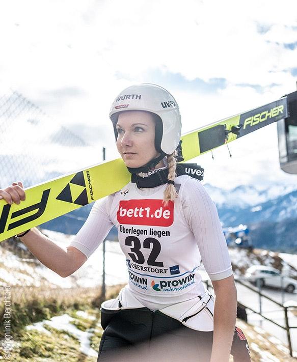 Zdjęcie: Skoczek narciarski na nartach, na koszulce reklama bett1.