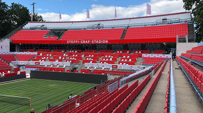 Zdjęcie: Stadion Steffi Graf z czerwonymi pokrowcami na siedzenia.
