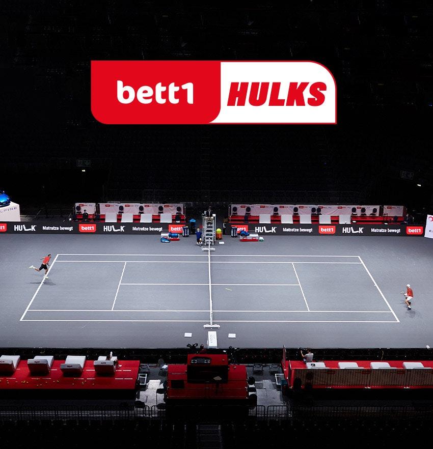 Zdjęcie: Scena z gry w turnieju tenisowym bett1HULKS nad logo bett1HULKS.