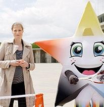 Zdjęcie: Friederike Sowislo, Dyrektor Zarządzająca Niemieckiej Fundacji Sportu Szkolnego oraz młodzieżowa maskotka w kształcie gwiazdy trenuje na igrzyska olimpijskie i paraolimpijskie.