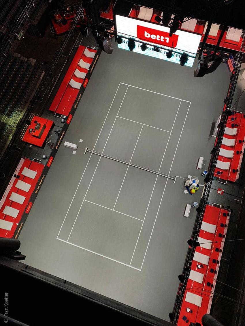 Zdjęcie: Kort tenisowy bett1HULKS w kolońskiej LANXESS arenie z góry.